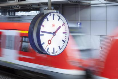 Uhr auf einem Bahnsteig im Bahnhof Düsseldorf Flughafen