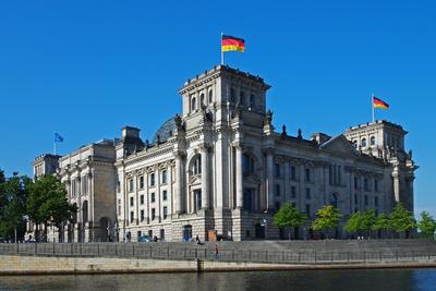 Außenansicht des Reichtagsgebäudes in Berlin (Sitz des Deutschen Bundestags)