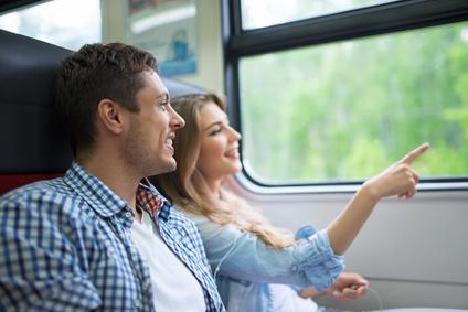 Zwei Fahrgäste in einem Regionalzug