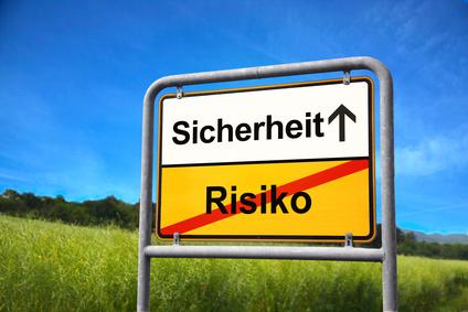"""Ortsausgangsschild mit Start """"Risiko"""" und Ziel """"Sicherheit"""""""